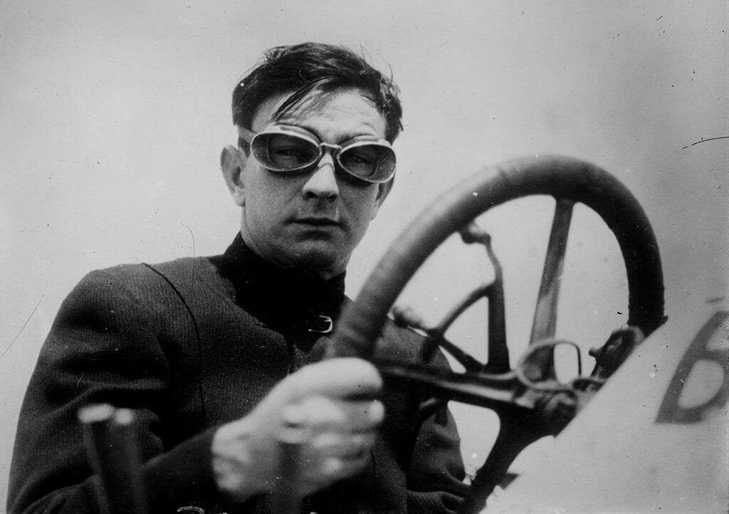 Photo en noir et blanc d'un aviateur dans son avion