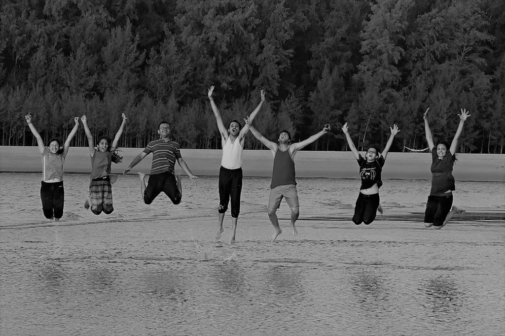 Groupe de personnes sautant en l'air de joie